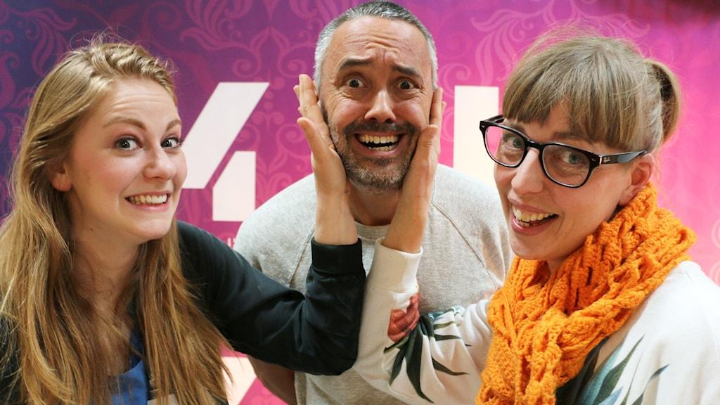 Videobloggaren Simone Girertz och bisittaren och producenten Maja Åström låtsas som att de klappar till den vikarierande programledaren Hasse Brontén.