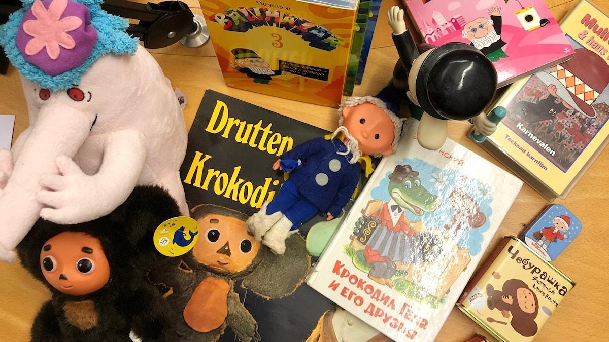 Bilden visar böcker och leksaker från Sovjet och Östeuropa.