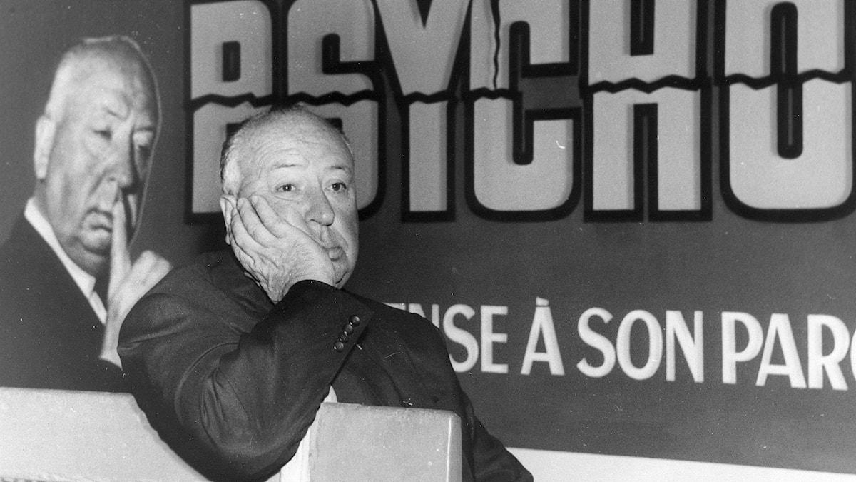 Alfred Hitchcock framför en affisch för filmen Psycho. Foto: TT.