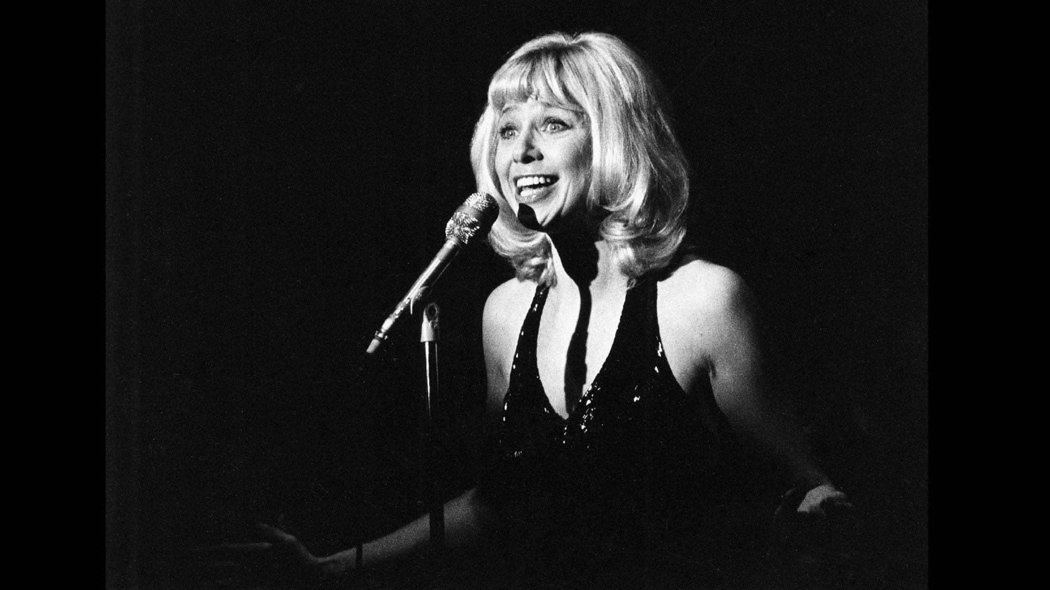 Bilden visar Anita Lindblom på scenen.