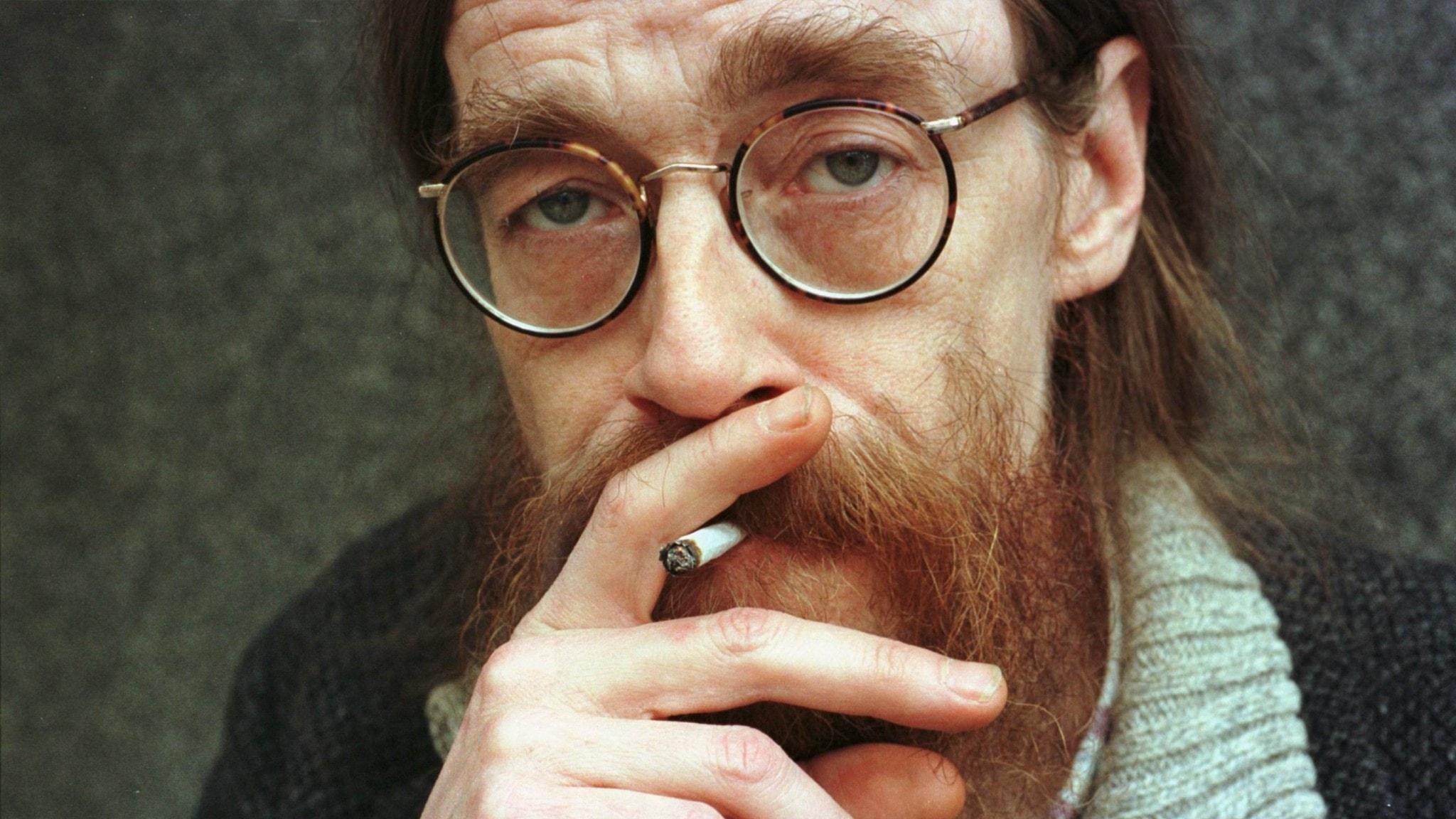Bilden visar Peps Persson med en cigarett.