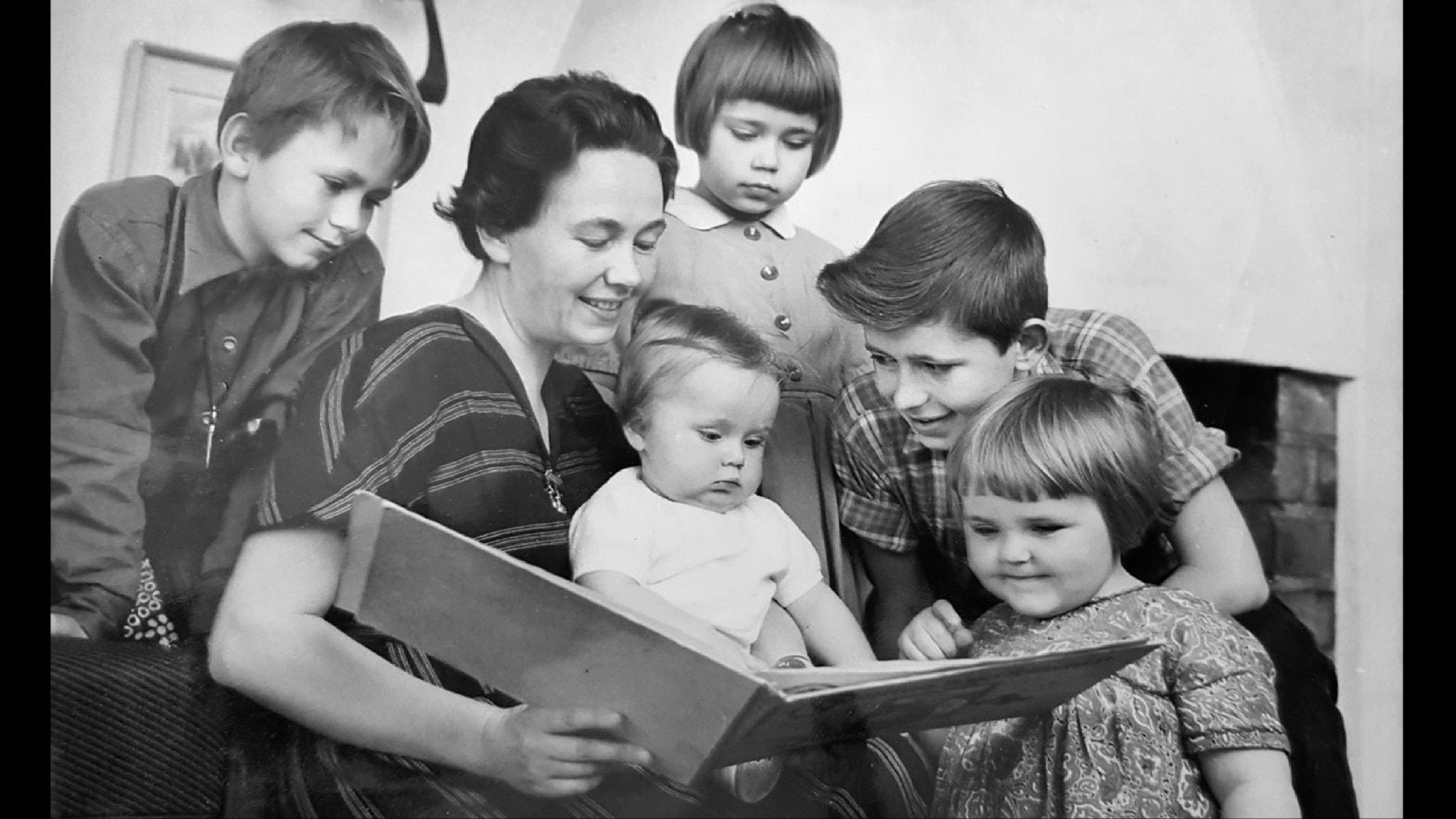 Bilden visar Inga Tobiasson som läser en saga för några barn på 1950-talet.