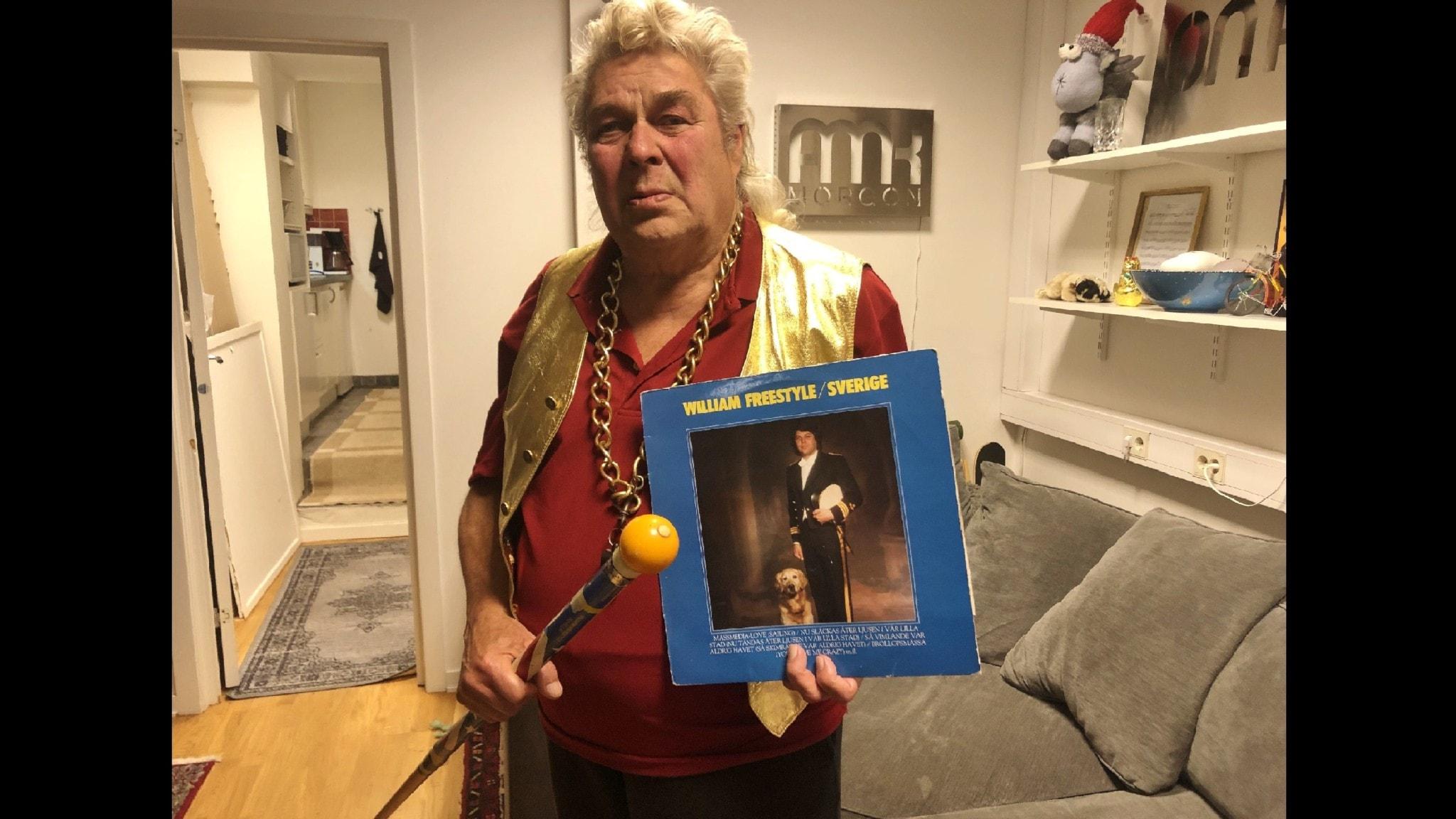 Bilden visar William Freestyle som håller fram sin LP från 1980-talet.