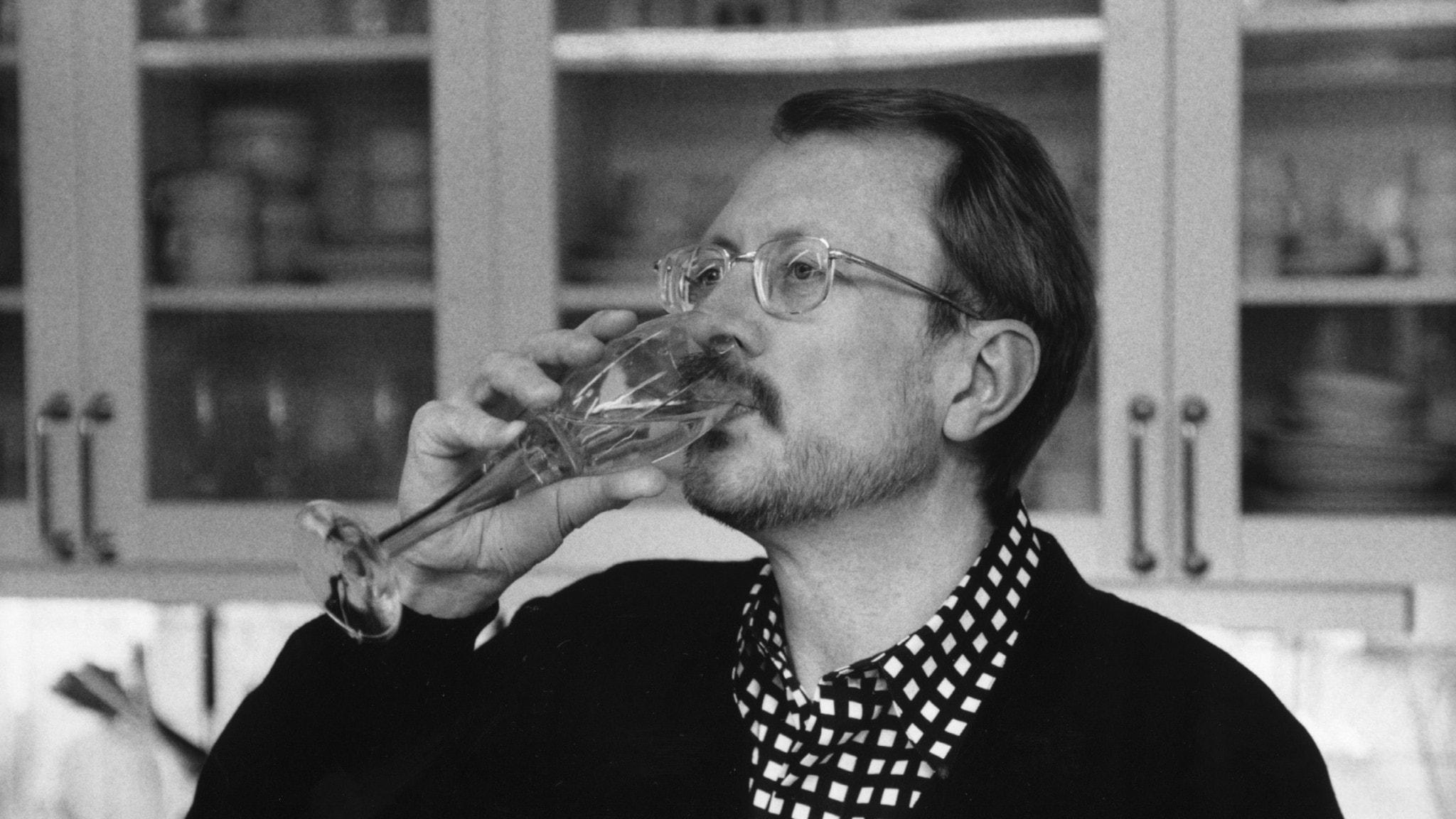 Bilden visar Jacob Dahlin när han dricker ett glas champagne.