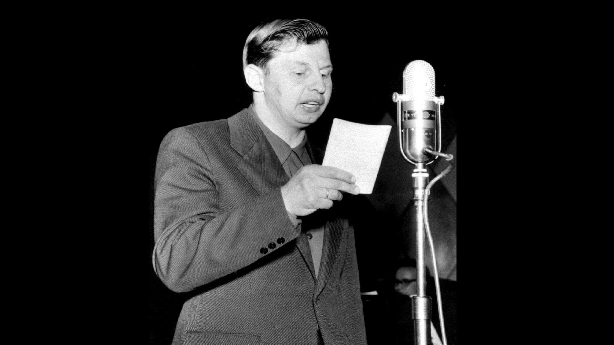 Bilden visar Snoddas vid en mikrofon på 1950-talet.