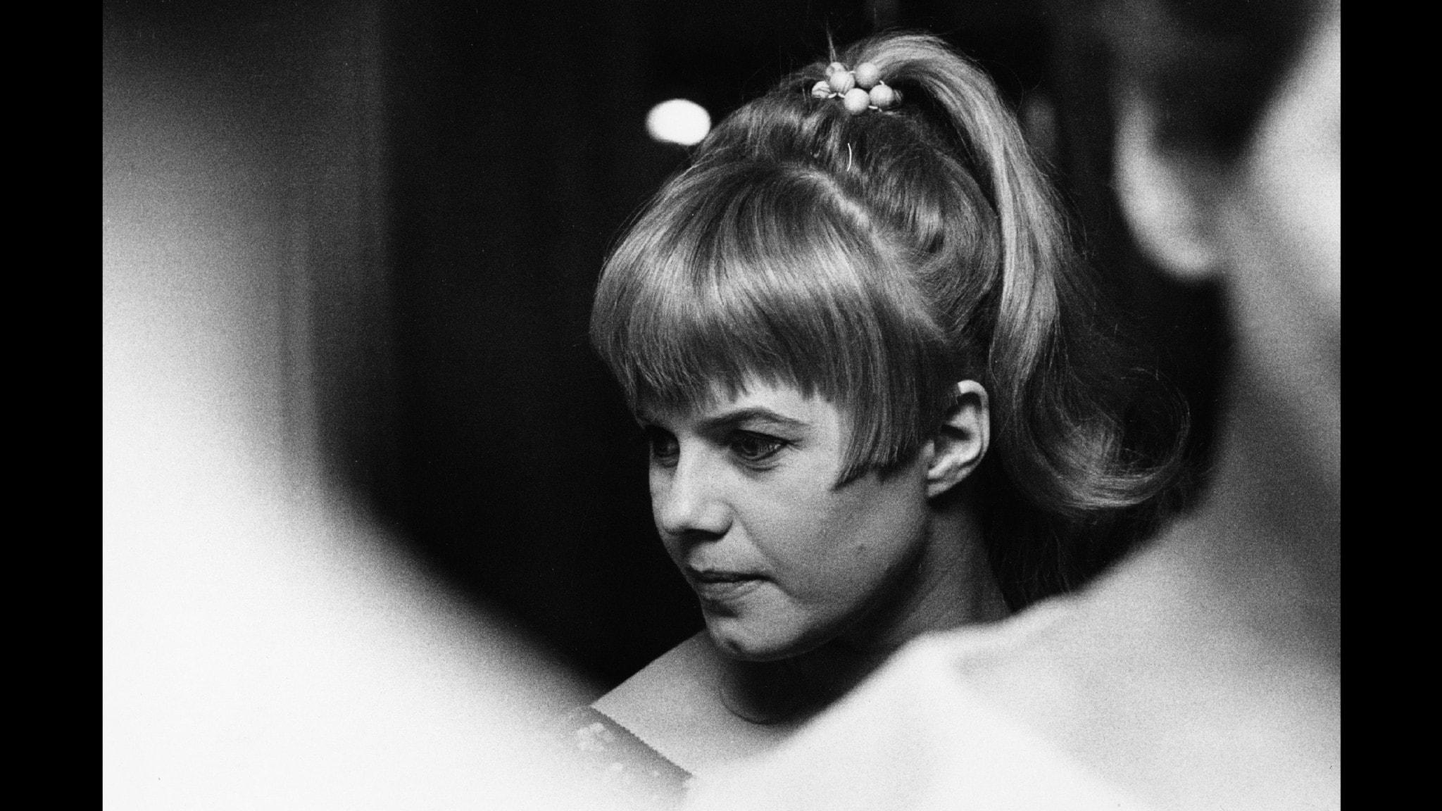 Bilden visar en ung Lena Nyman.