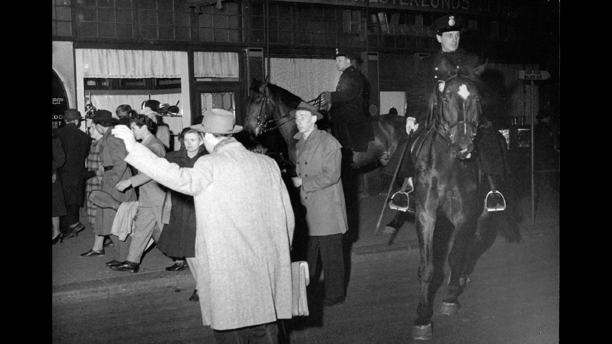 Bilden visar upplopp på Götgatan i Stockholm på 1940-talet.