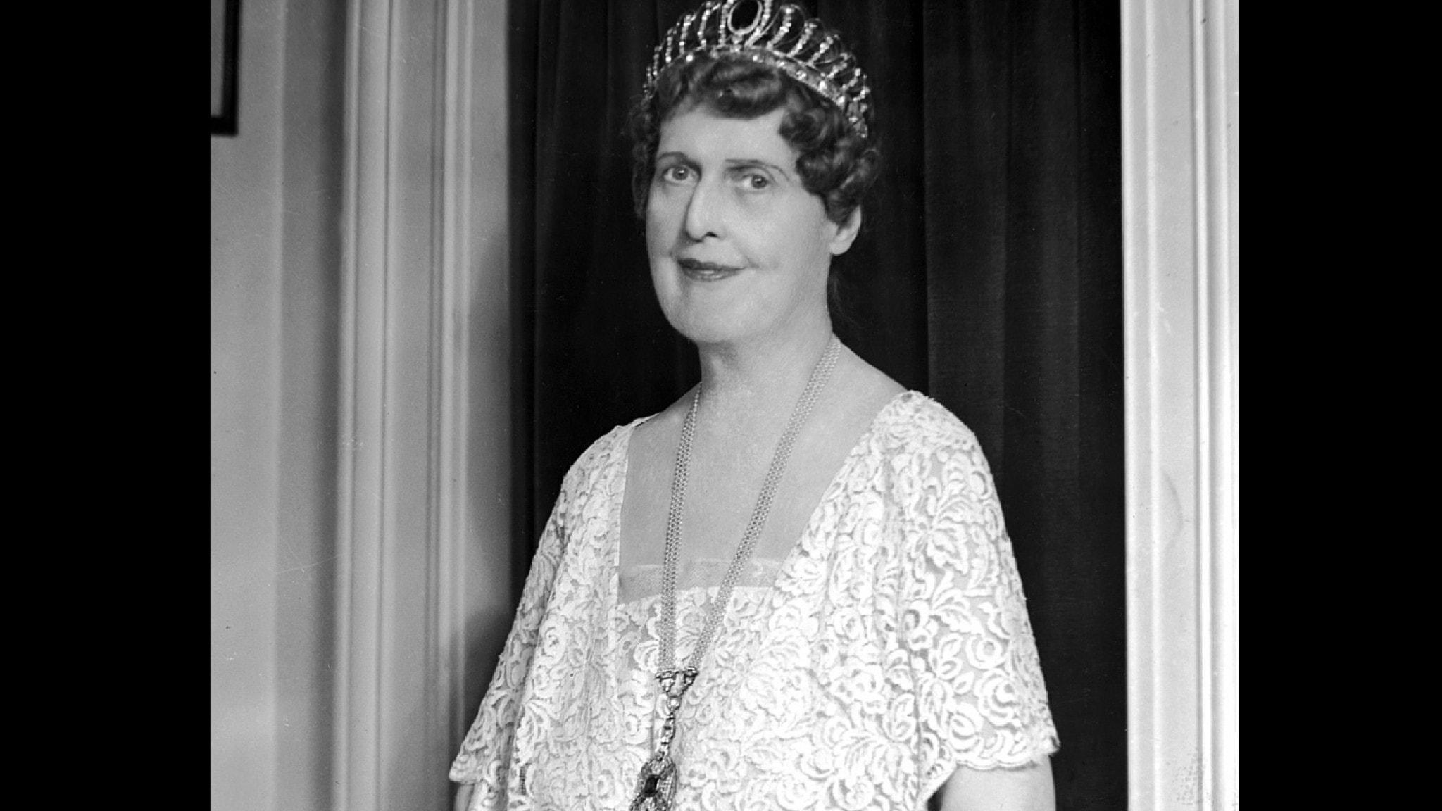 Bilden visa Florence Foster Jenkins i vit aftonklänning och tiara.