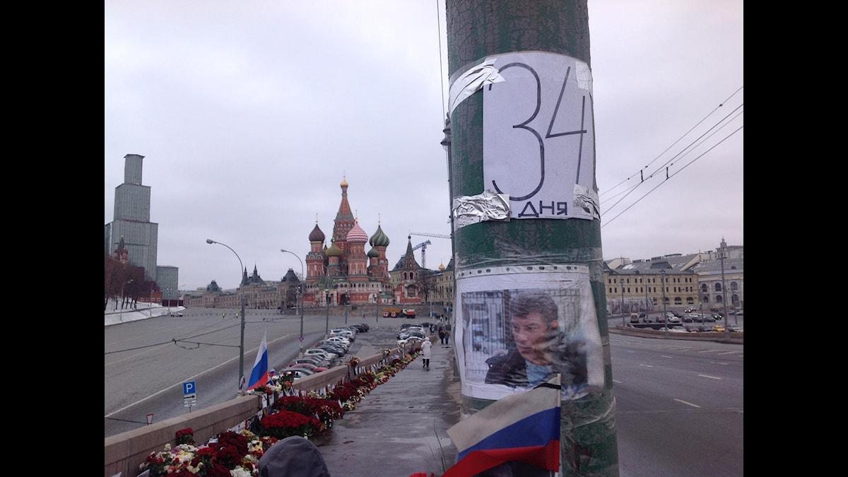 På bron i Moskva där den ryske oppositionspolitikern Boris Nemtsov mördades räknas dagarna som gått sedan mordet. Foto: Fredrik Wadström