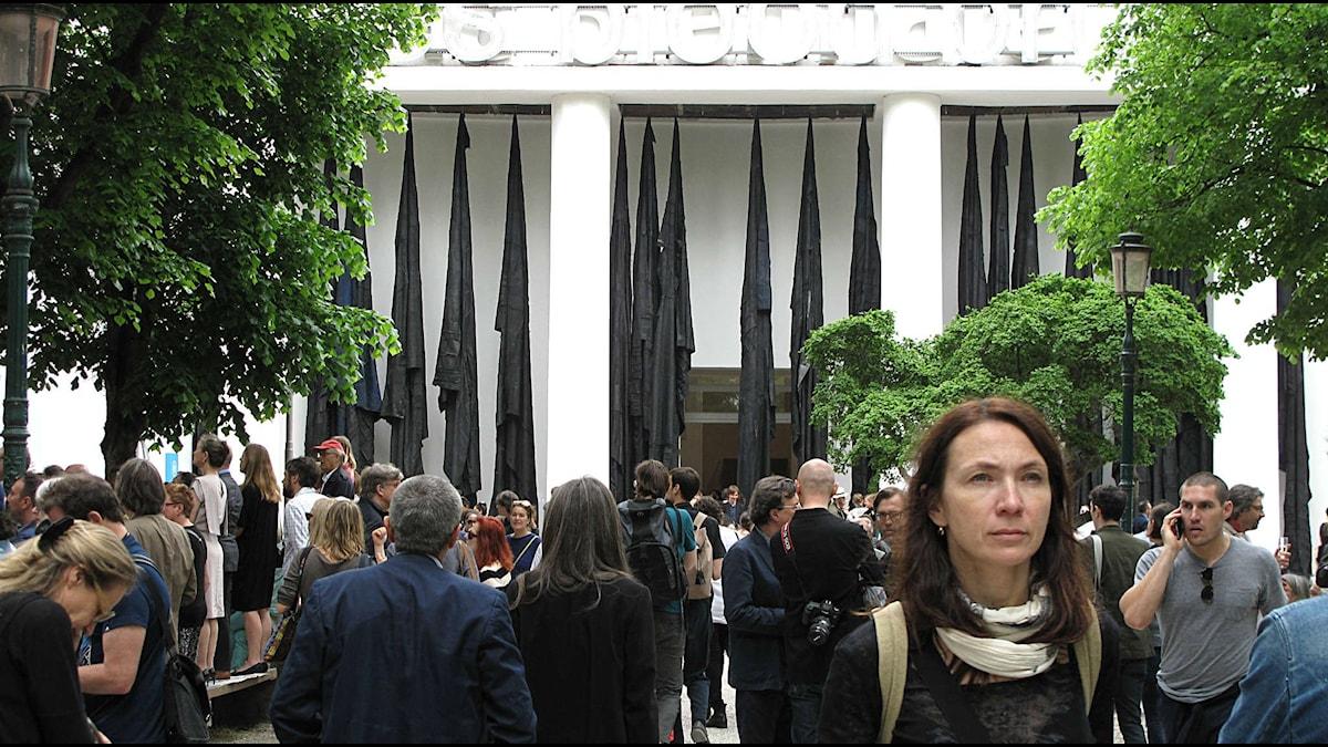 Konstvärlden flockas i Giardini på Venedigbiennalen  Foto: Cecilia Blomberg/SR