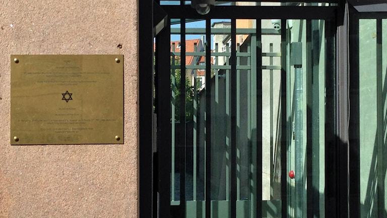 Minnesskylt över vakten Dan Uzan vid ingången till Köpenhamns synagoga. Foto Helene Alm.