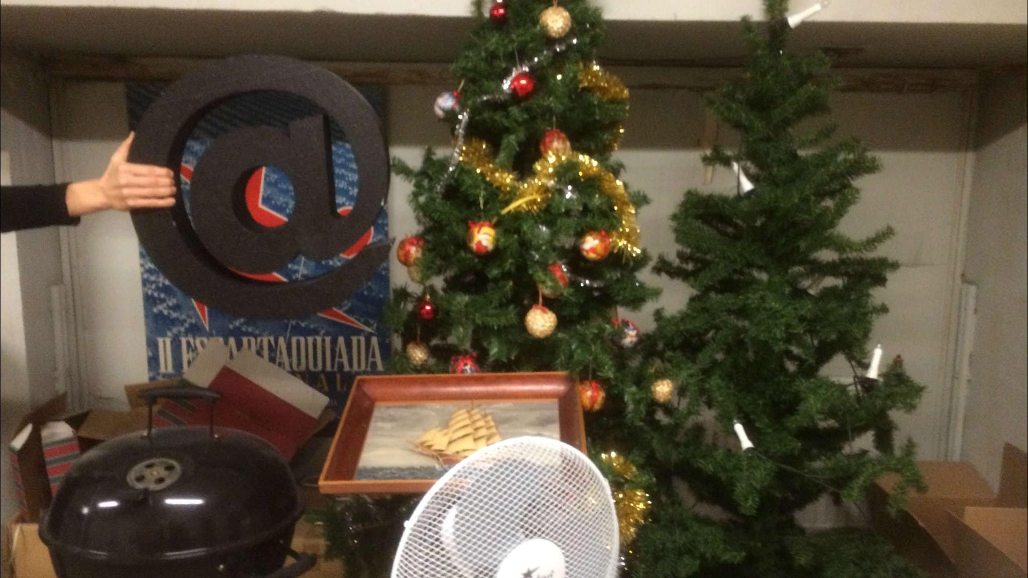 Julen står och skräpar på vinden