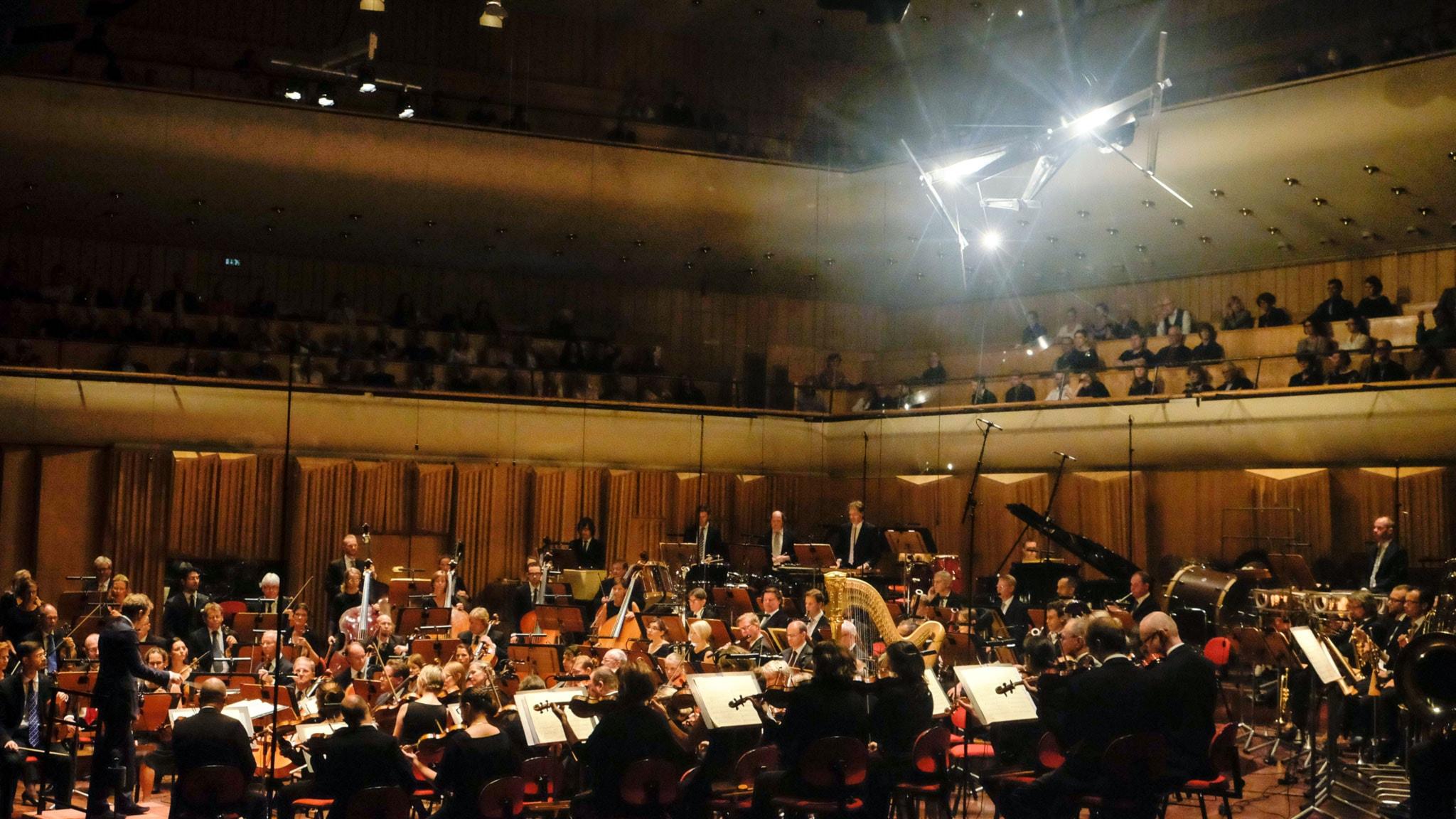 Sveriges Radios Symfoniorkester och skulpturen Time Piece. Foto: Arne Hyckenberg / Sveriges Radio