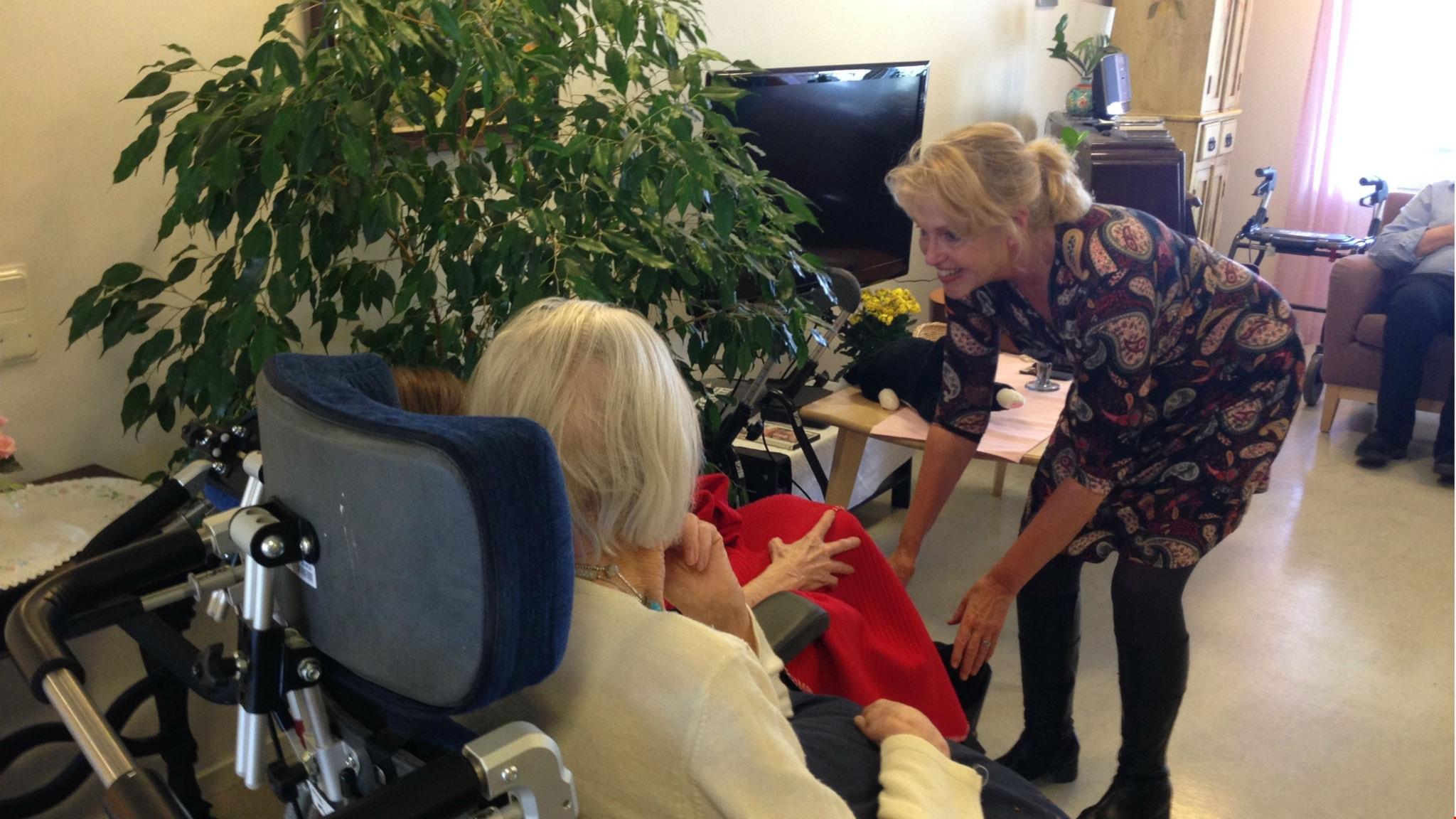 Sången öppnar kontakten med demenssjuka. Här med musikterapeuten Lis Jacobsson i Sundbyberg.