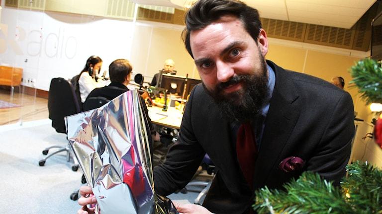 Nisse Edwall vill ha hjälp med rim på ett superhjältekitt. Foto: Ronnie Ritterland / Sveriges Radio