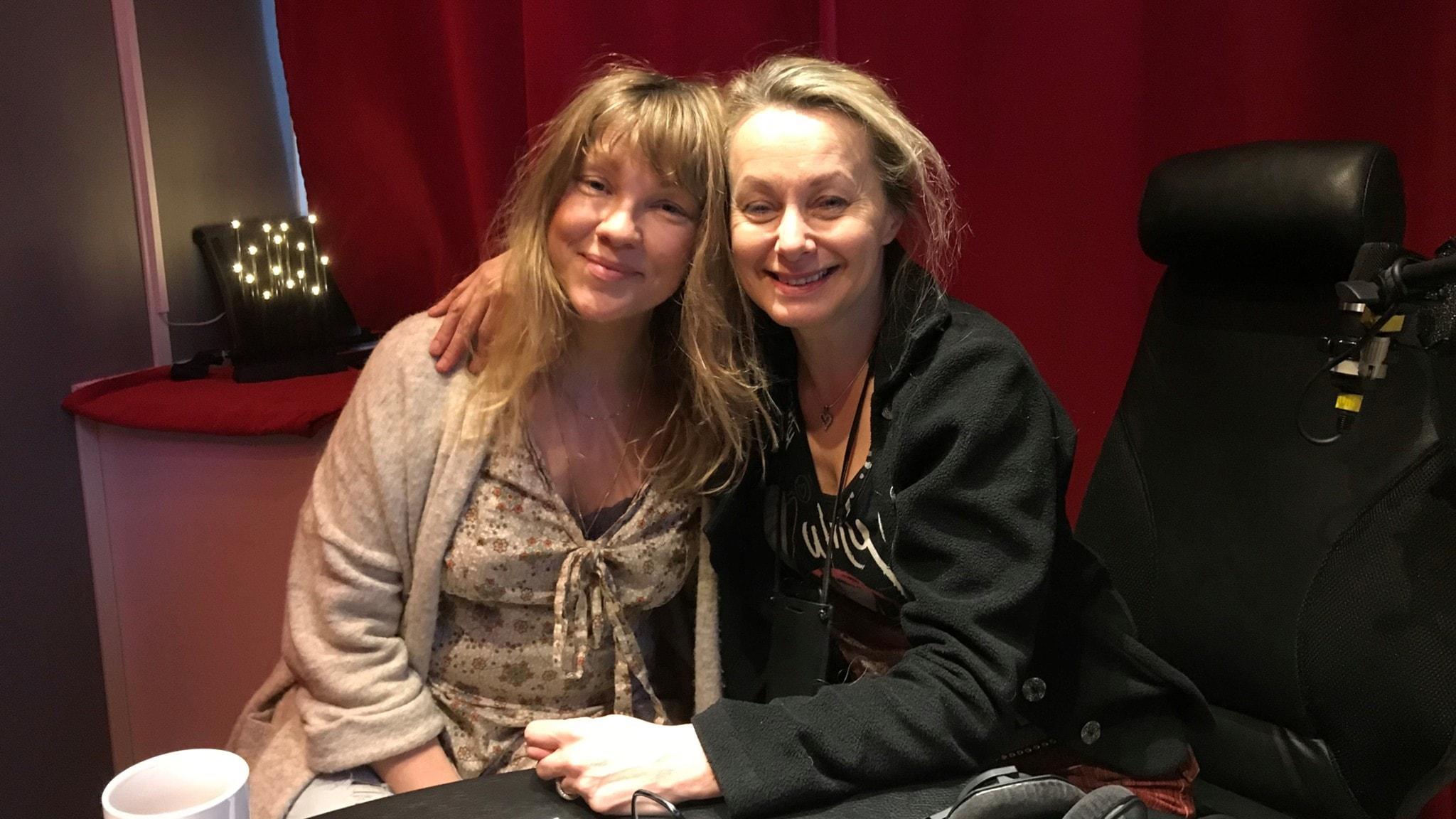Meja och Louise Hoffsten tar plats i Jukeboxens studio.