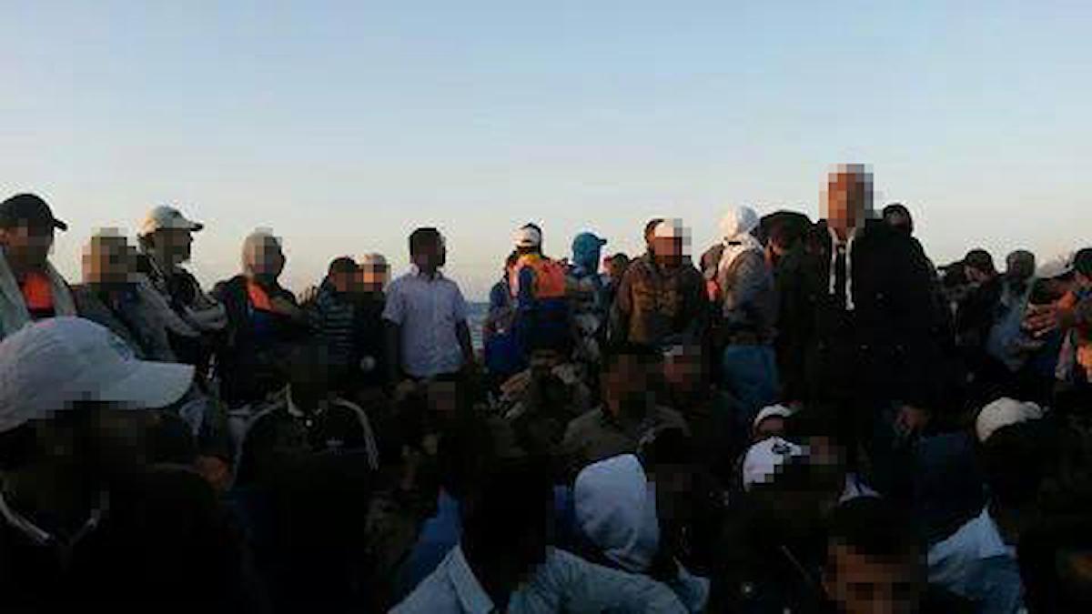 Människor trängs på en båt i gryningsljus. Foto: Privat