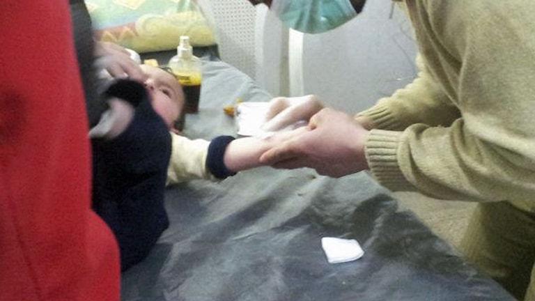 Läkare behandlar armen på ett barn. Foto: Freedom House/Flickr (CC BY 2.0)