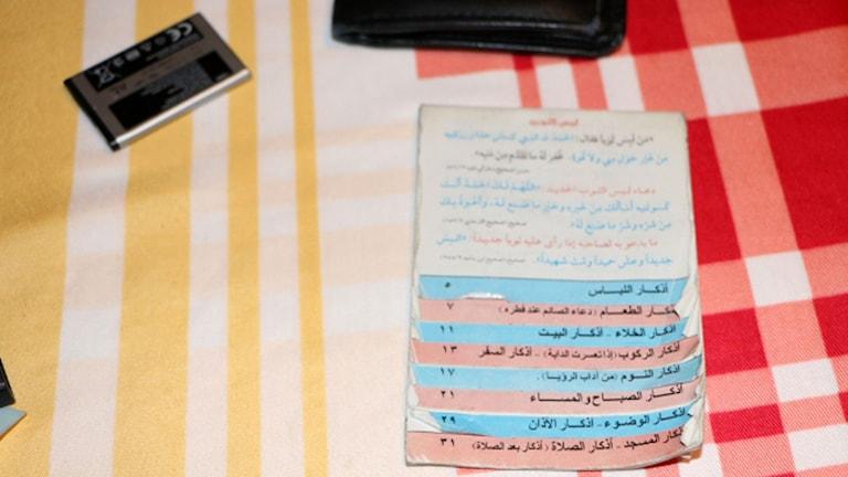 Koranverser i ett litet block med röda och blå flikar. Foto: Bayerischer Rundfunk