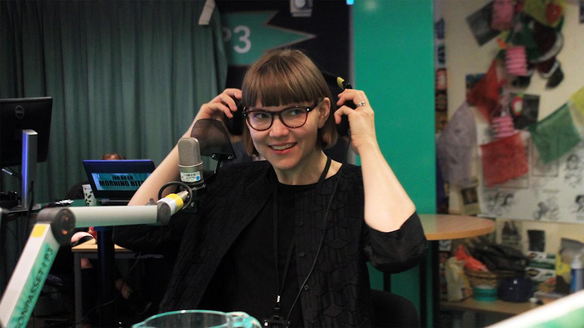 Sara Bergmark Elfgren i studion. Foto: Paulo Saka/SR