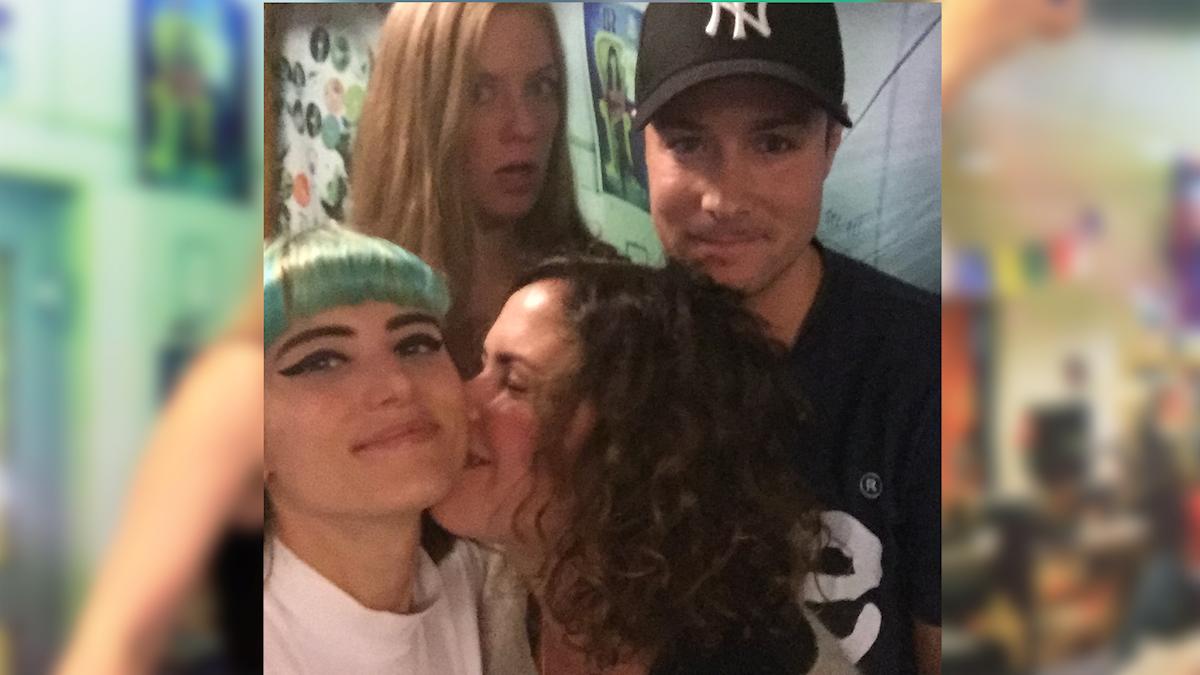 Sara, David, Emiliie Ebbis Roslund och Hanna gosar under en låtpaus