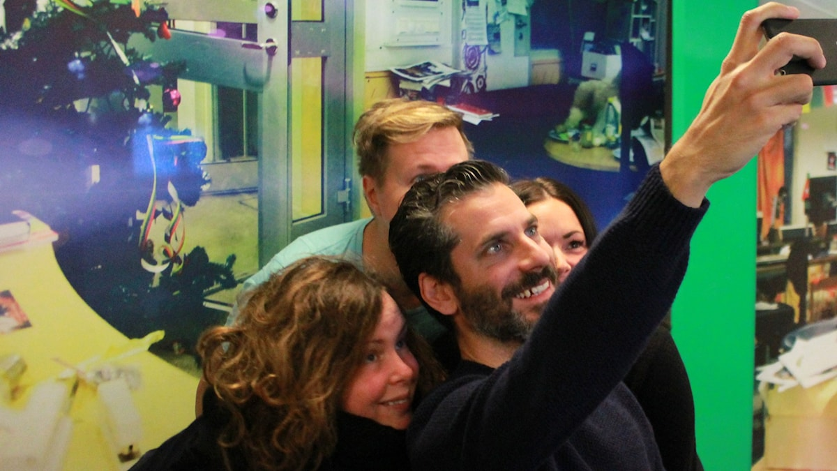 Hanna, Jörgen, Martina och Jens Lapidus tar en selfie i studion. Foto: Paulo Saka/SR