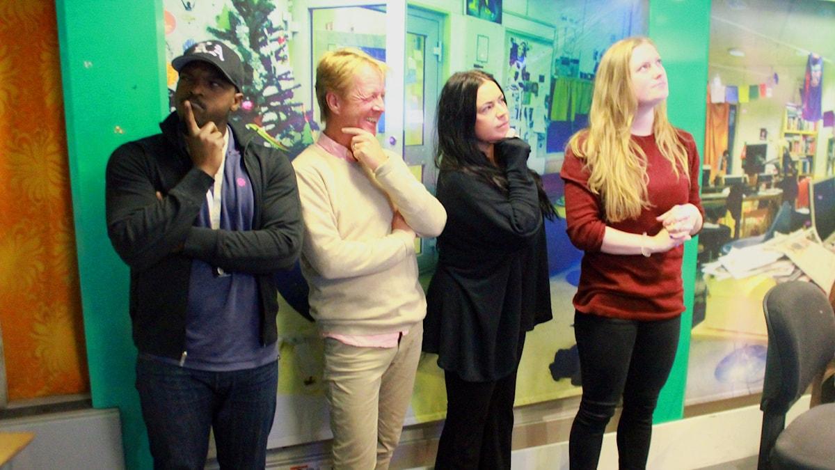 Kodjo,Björn Natthiko Lindeblad, Martina och Sara står mot väggen i studion och ser ut som de funderar. Foto: Isabel Eriksson/SR