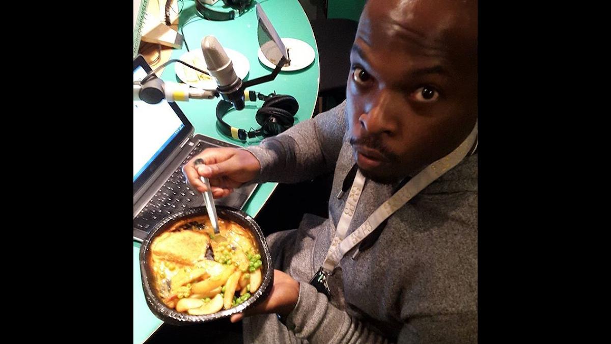 Kodjo äter kvällsmat till frukost och är taggad på att snacka Franco. Foto: Fabian Asserbäck/SR