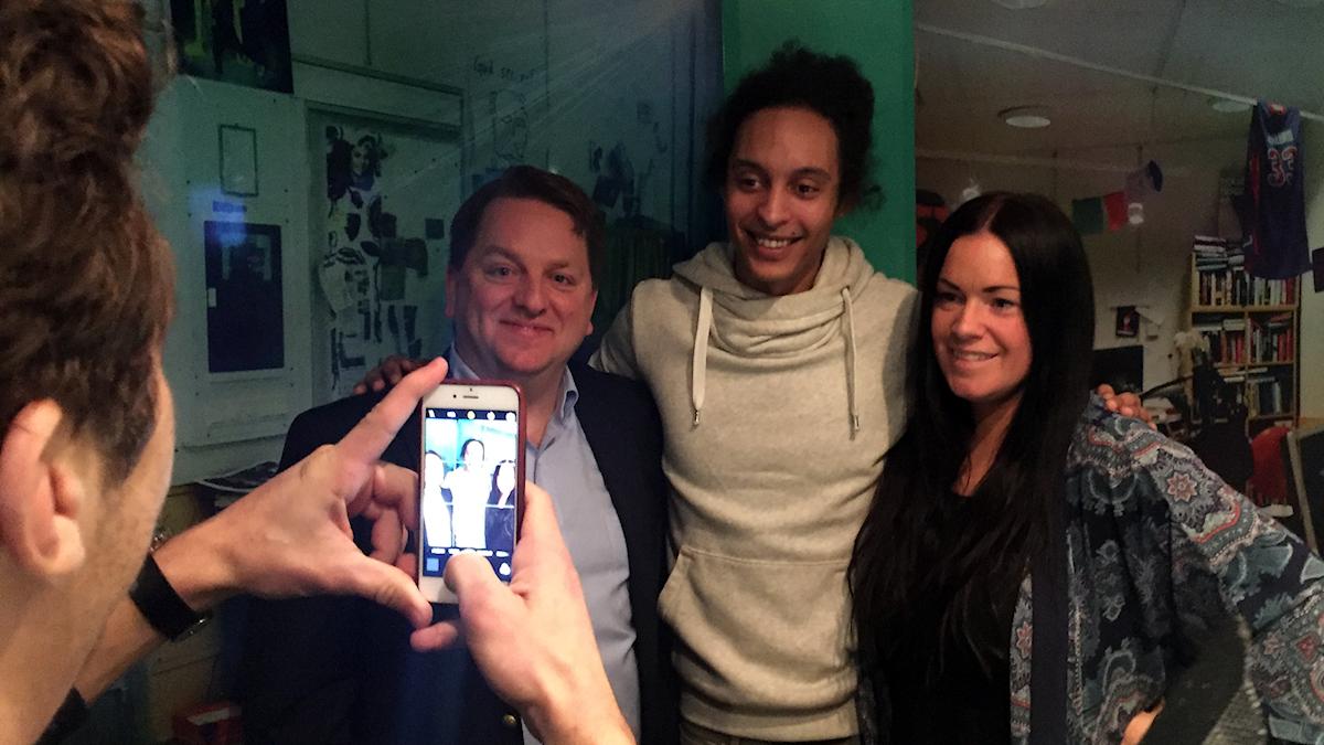 Fredrik Björck, Victor och Martina passar på att ta en bild under en låtpaus. Foto: Paulo Saka/SR