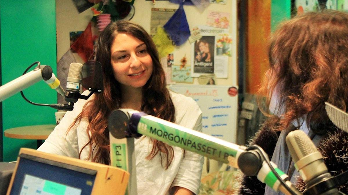 Siduri Poli snackar med Hanna under låtapaus. Foto: Paulo Saka/SR