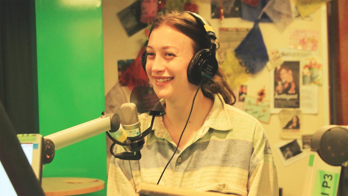 Julia Ragnarsson i studion. Foto: Paulo Saka/SR