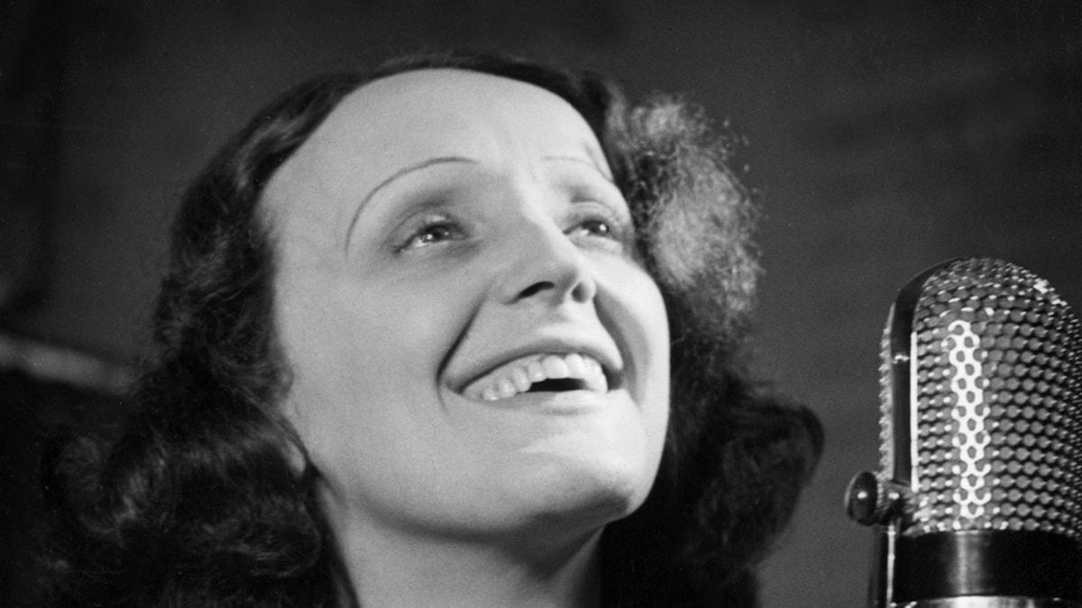 """Edith Piaf  sjunger """"Non, je ne regrette rien"""" från 1960"""