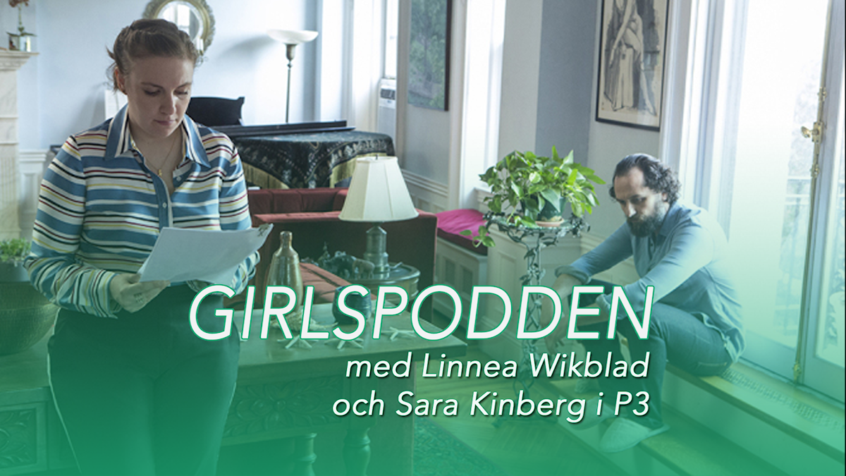 Bild på Lena när hon står och läser en bok hos författaren hon är hemma hos