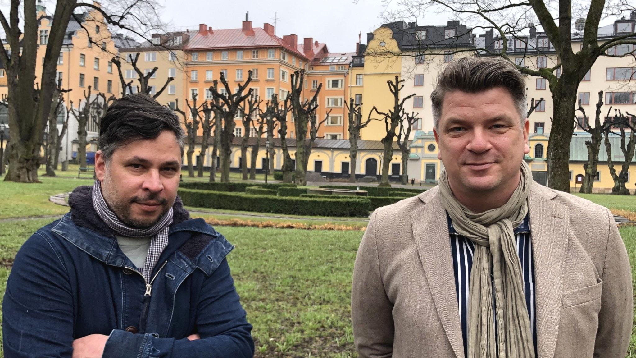 Mats Strandberg och Martin Wicklin står på en kyrkogård