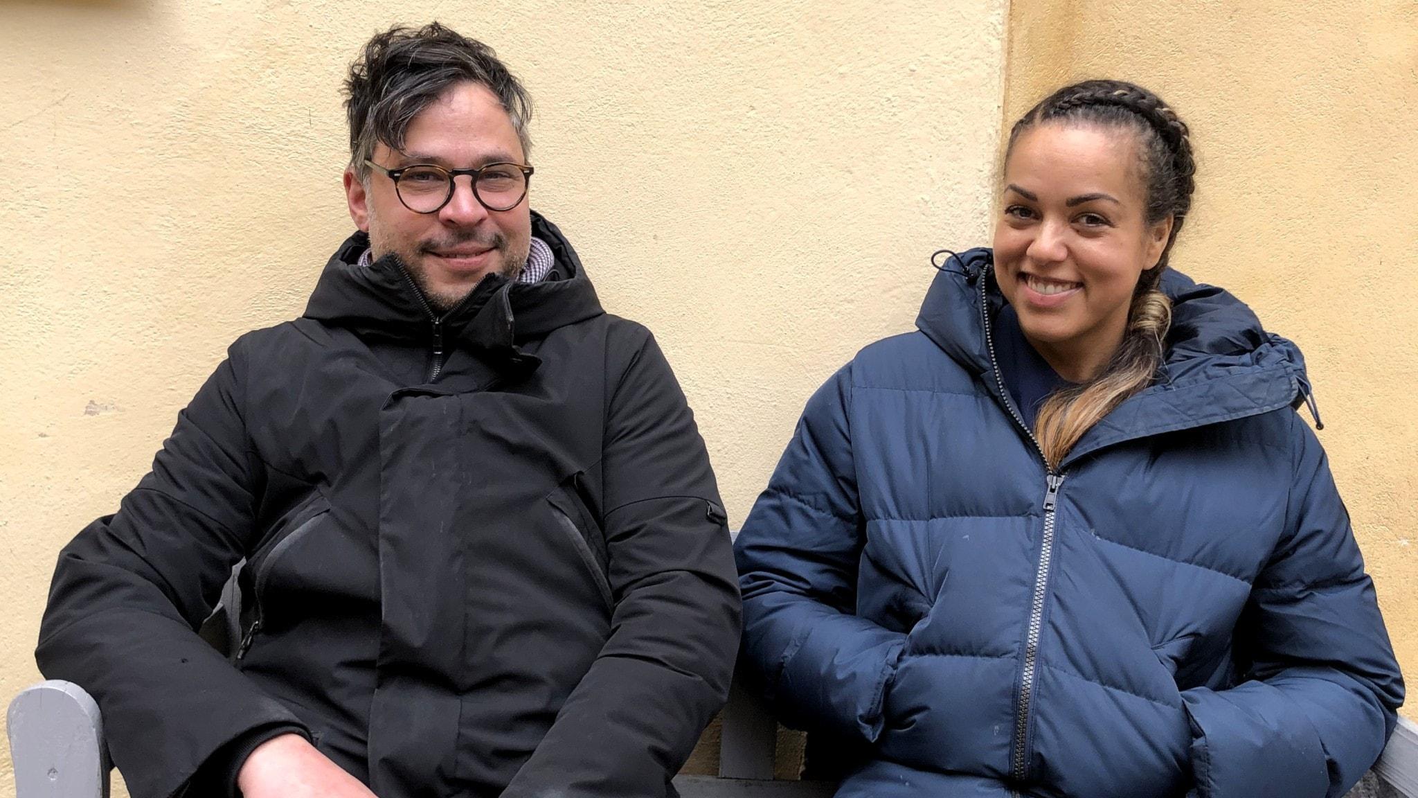 Martin Wicklin och Elaine Eksvärd sitter bredvid varandra på en bänk.
