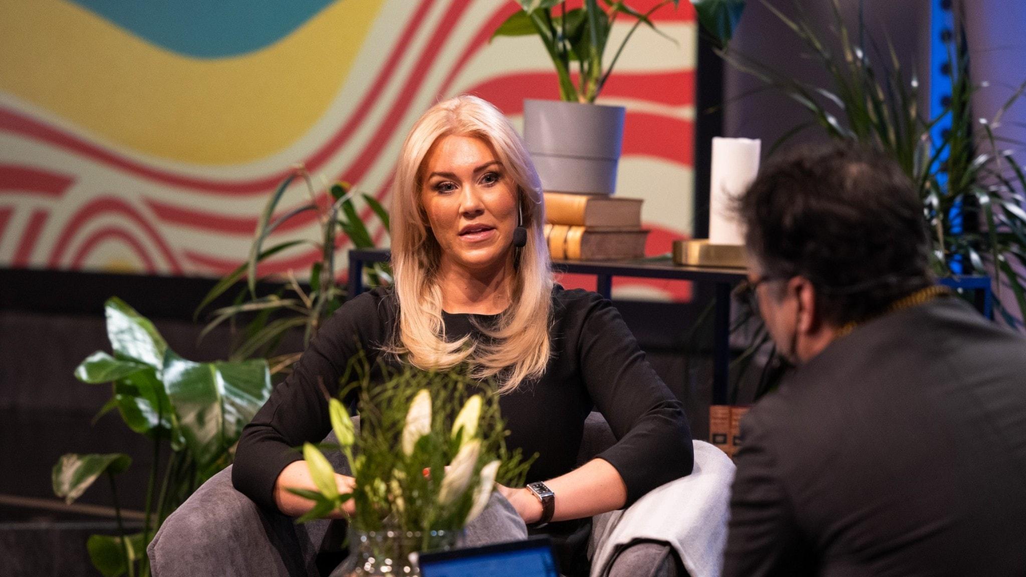 Isabella Löwengrip sitter i en fåtölj mitt emot Martin Wicklin och intervjuas