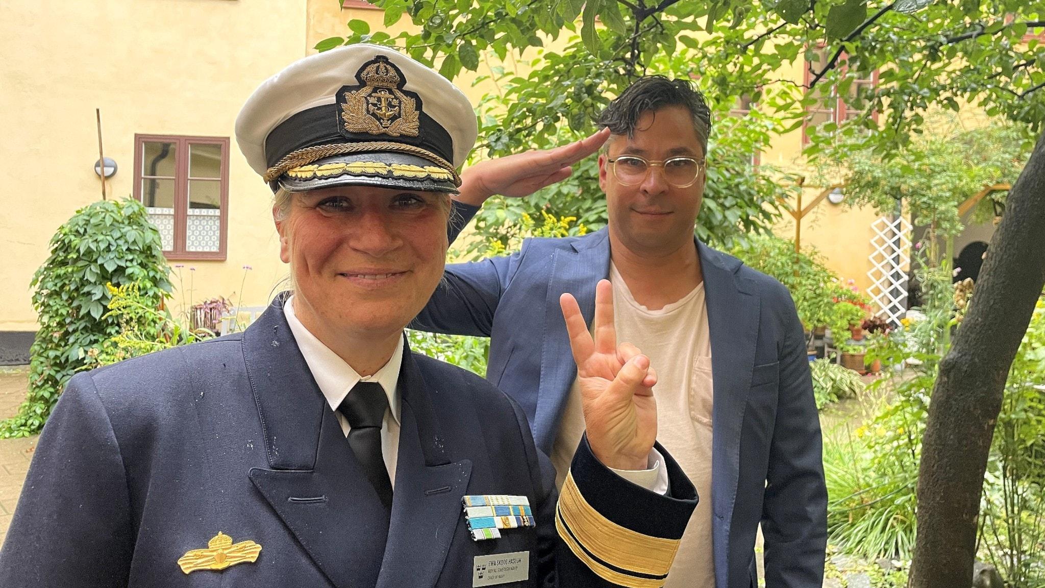 Martin Wicklin gör honnör för marinchefen Ewa Skoog Haslum som gör peace-tecken