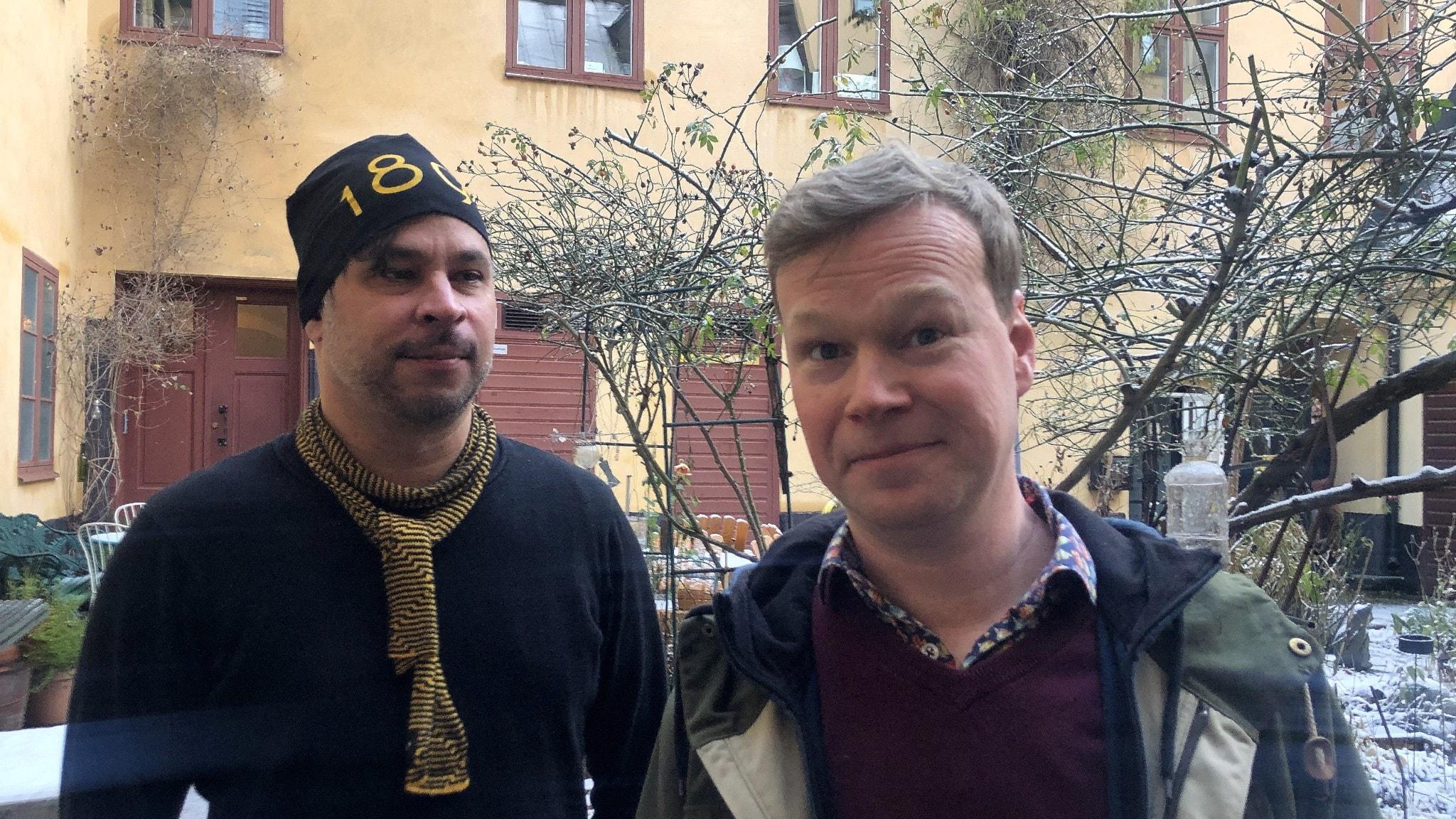Martin Wicklin och Johan Glans står på en innergård