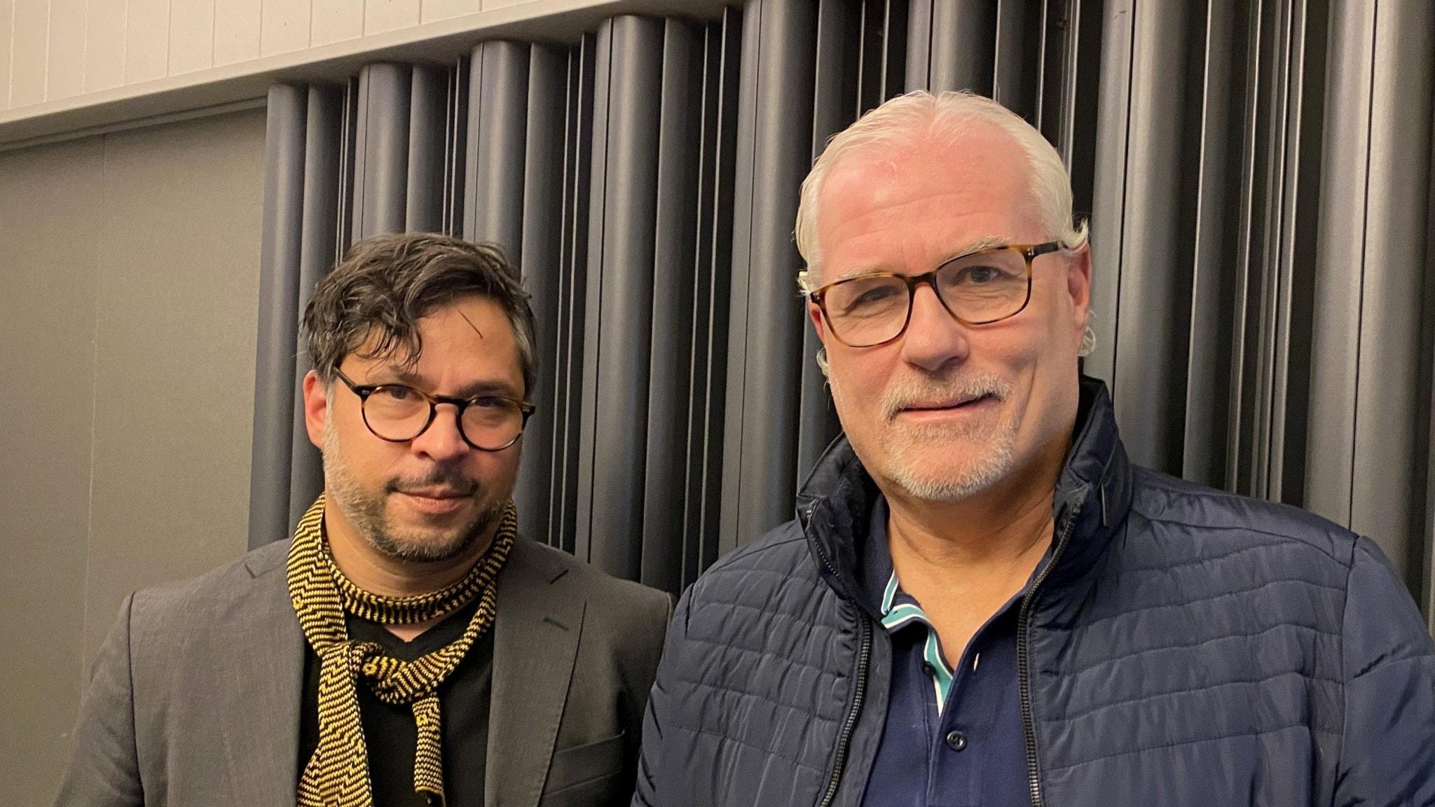 Martin Wicklin och Glenn Hysén står i en radiostudio