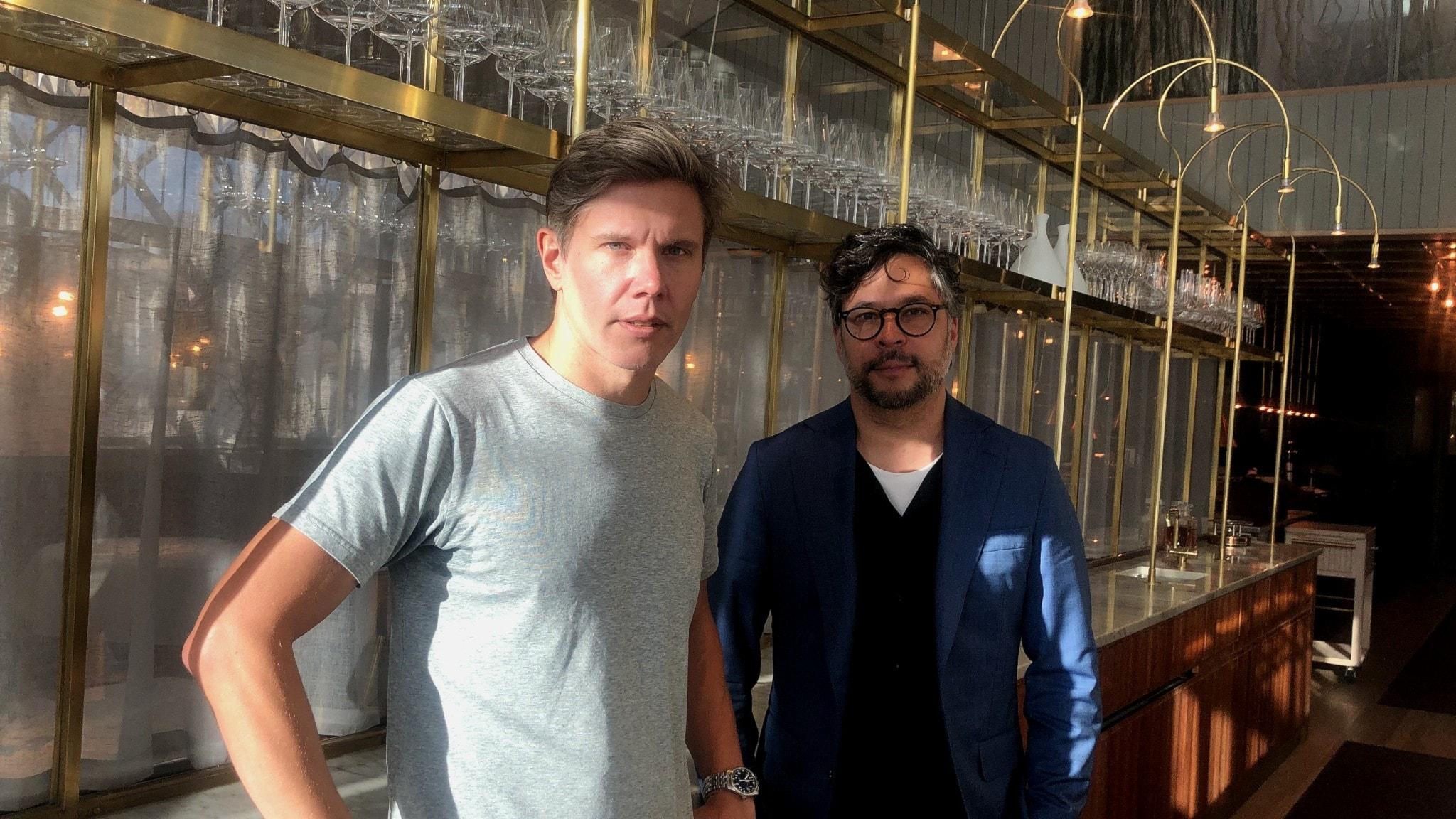 Tommy Myllymäki och Martin Wicklin står bredvid varandra i Myllymäkis restaurang.