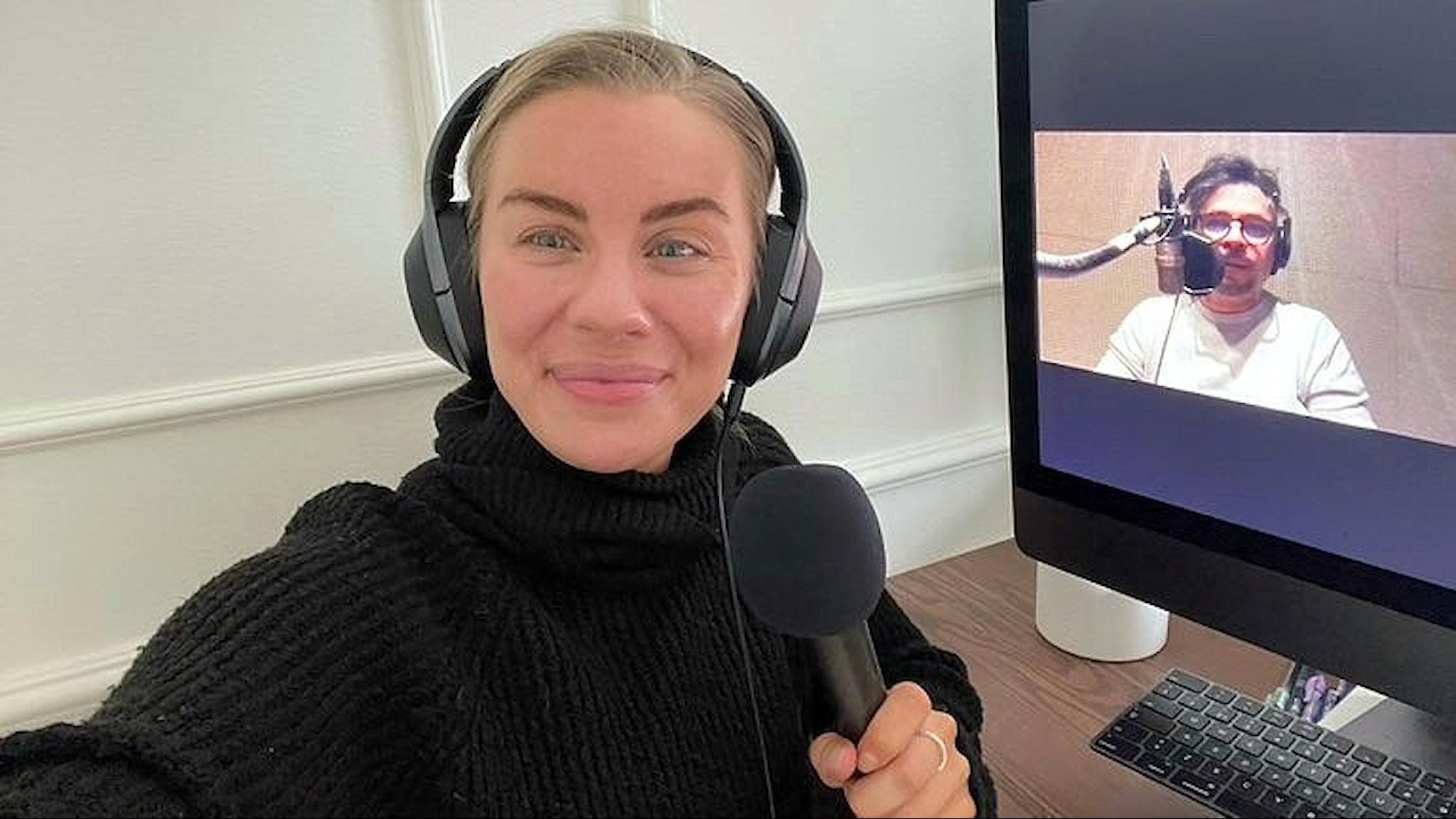 Therése Lindgren tar en bild på sig själv och sin dator och på datorn syns Martin Wicklin i ett videosamtal