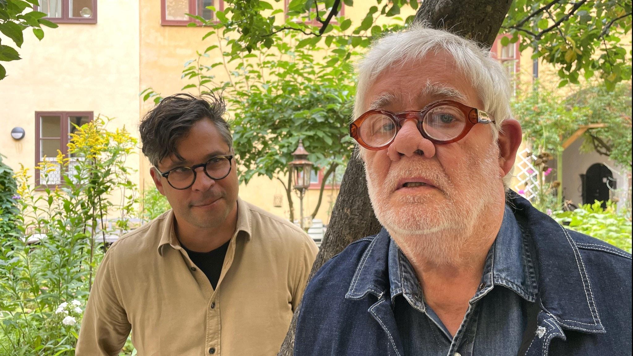 Carl Johan De Geer och Martin Wicklin står på en gård med ett träd emellan sig