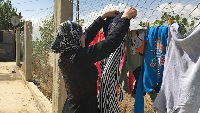 Maysaa bor i Bekaadalen med sina fyra döttrar. Hennes man dödades i kriget i Syrien. Foto: Palmira Koukkari Mbenga/Sveriges Radio