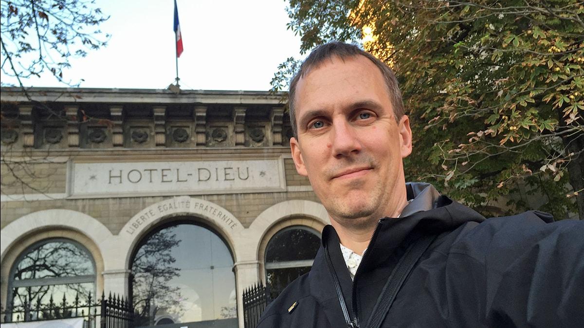 Johan Bergendorff framför Hotel Dieu(Guds hotell). Foto: Sveriges Radio.