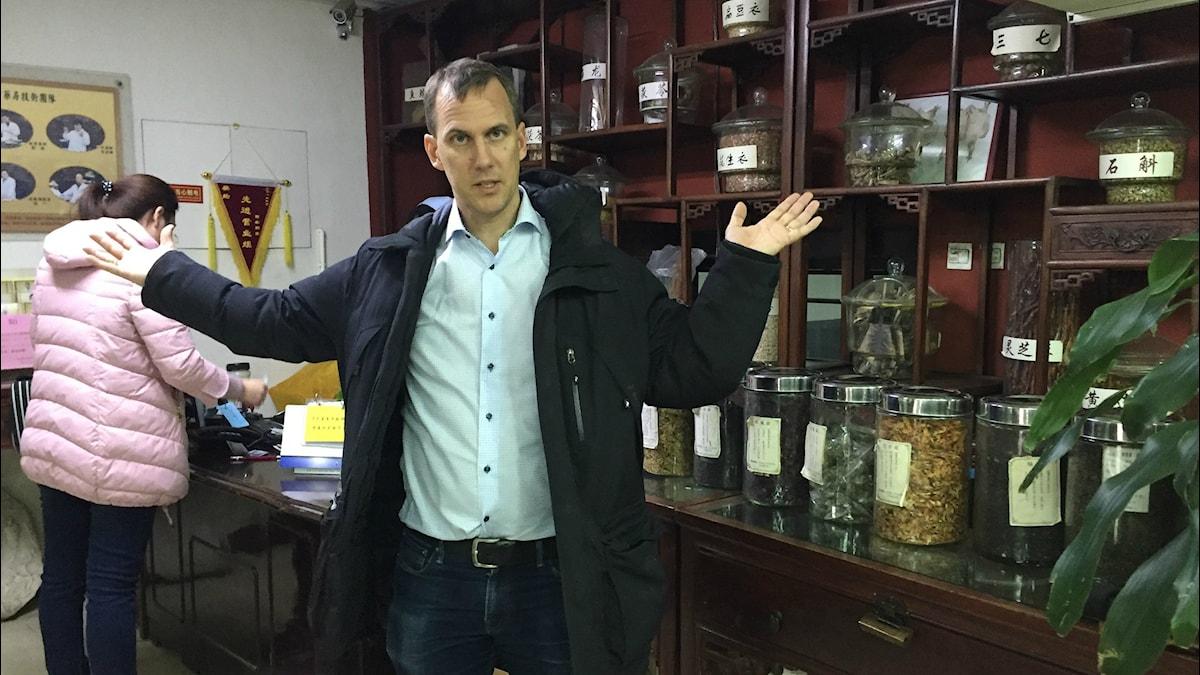 Globala hälsokorrespondenten Johan Bergendorff får inte köpa traditionell kinesisk huvudvärksmedicin utan recept