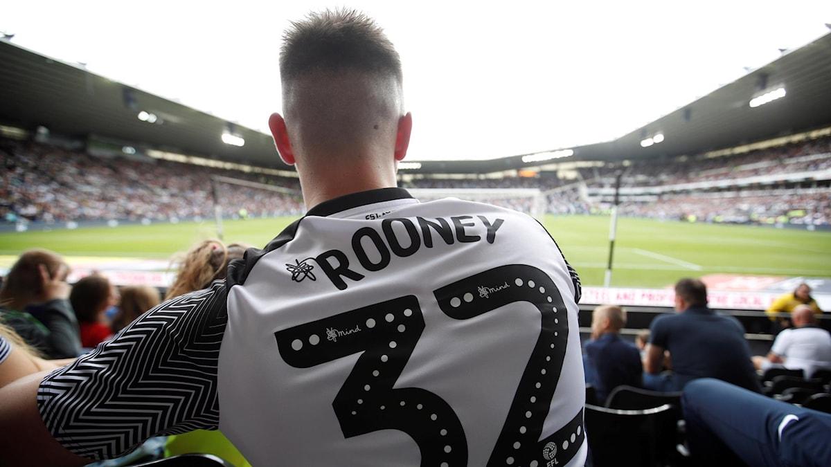 En man i Wayne Rooney-tröja på läktaren i Derby.