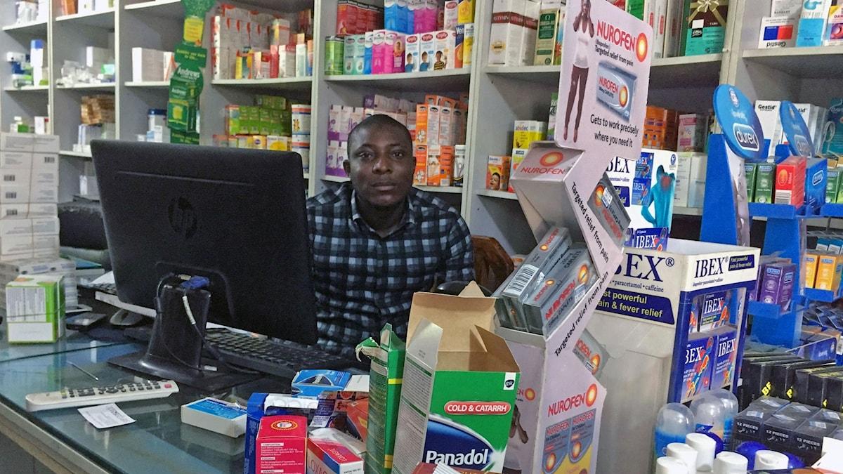 Båda medicinförpackningarna på det här apoteket i Nigeria hade skrapkoder som visade att de inte var äkta enligt sms och app.