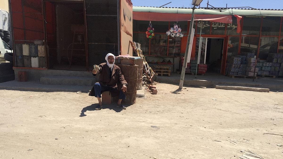 En vanlig syn längs vägarna mot Libyen, män som viftar med sedelbuntar och vill växla pengar.