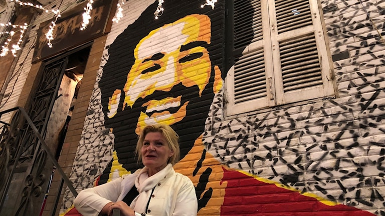 Cecilia framför mural av Mo Salah