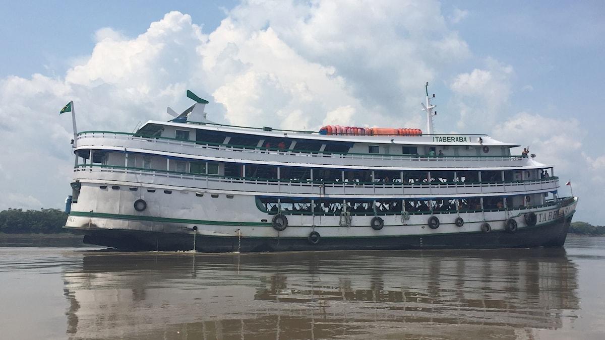 Båten längs Amazonasfloden.